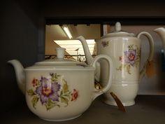 In goede staat verkerende Mosa Maastricht keramieke koffie-/theepotten met mooie decoratie. De lage pot is ongeveer 14 cm hoog en de hoge pot ongeveer 23 cm hoog. Prijs per stuk € 19.50.