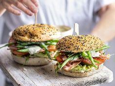 Broodje BLT met spek, boontjes en verse dragonmayonaise - Libelle Lekker Een klassieker van formaat: boontjes met spek. In dit recept niet met het vlees errond, maar in een broodje BLT met lekkere dragonmayonaise. Ideaal voor een restje gekookte boontjes! Healthy Food, Healthy Recipes, Wrap Sandwiches, Salmon Burgers, Om, Brunch, Wraps, Ethnic Recipes, Healthy Foods