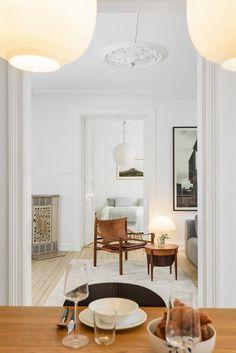 Bård Tisthamar (900 29 357) ved Schala & Partners har gleden av å presentere en lys og klassisk 3-roms leilighet i Markveien 1 C. Leiligheten ligger fint til i gårdens 2. etasje, med en svært populær og attraktiv beliggenhet på Grünerløkka. Leiligheten fremstår som meget pen og sjarmerende, med mange gode kvaliteter. Boligen byr på en god planløsning, med romslige, luftige rom og god takhøyde p...