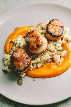 Seared Scallops with Quinoa and Apple Salad + Butternut Squash Puree (Make for a fancy pants healthy meal) Seafood Dishes, Seafood Recipes, Cooking Recipes, Healthy Recipes, Apple Recipes, Healthy Scallop Recipes, Recipes Dinner, Baked Scallops Recipe Healthy, Vegan Recipes