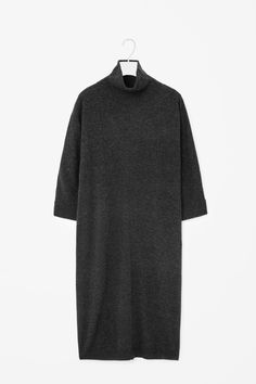 This oversized long dress made from wool with a subtle melange quality. Designed to fall loosely on the body, it has high-neck collar, 3/4 sleeves and tightly ribbed finishes.