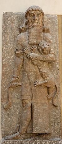 """""""La cortesana / Se volvió entonces hacia él, hacia Enkidu: / Eres hermoso, Enkidu, / Semejante a un dios, / ¿Para qué recorres la estepa / Con bestias? Déjame conducirte / A Uruk la de los cercados, / A la santa morada, / Residencia de Anu y de Ishtar, / Allí se encuentra Gilgamesh, / De extraordinario vigor, / Que, semejante a un búfalo, / Vence a los más jóvenes. / Mientras ella le exhortaba, / Él aceptaba sus palabras, /(...) el Gilgamesh"""