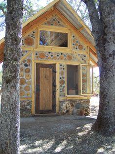 Kleines Haus aus Holz für einen Garten