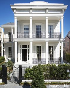 Outstanding 1869 Greek Revival House in New Orleans's historic Garden District The post 1869 Greek Revival House in New Orleans's historic Garden District appeared first on Dol Decor . New Orleans Architecture, Greek Revival Architecture, Southern Architecture, Home Design, Design Design, New Orleans Garden District, San Myshuno, Greek Revival Home, New Orleans Homes