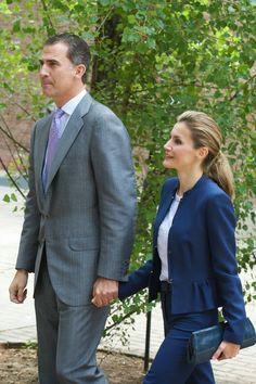 11 June 2014 Prince Felipe and Princess Letizia visited the traditional 'Residencia de Estudiantes' in Madrid. Un conjunto de lana azul de Hugo Boss, con pantalón recto y chaqueta peplum, que combinó con un top bordado de estilo ibicenco. Peep-toe con plataforma, de Magrit, y cartera, de Mango.