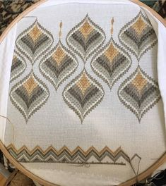 Broderie Bargello, Bargello Needlepoint, Hand Embroidery Stitches, Cross Stitch Embroidery, Bordado Tipo Chicken Scratch, Table Toppers, Stitch Design, Diy And Crafts, Projects To Try