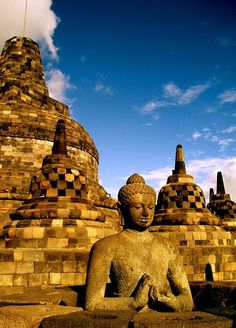 There are more than 500 statues of Buddha in Borobudur.   For more information visit http://www.guiddoo.com/