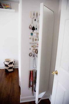 Utiliza el espacio detrás de un espejo de cuerpo entero para almacenar joyería.