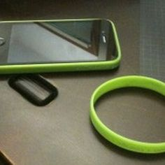 Turn a rubber wristband into an iPhone 4 bumper