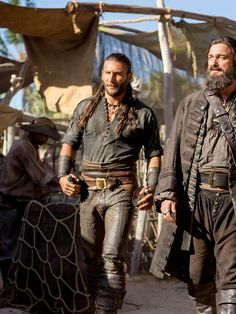 "Charles Vane (Zack McGowan) och Edward ""Blackbeard"" Teach (Ray Stevenson) i tv-serien Black sails."