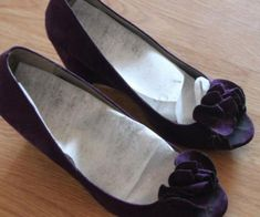 Orrrr use dryer sheets to get rid of gross odors. 52 Awesome Clothing And Shoe Hacks To Save You So Much Money Smelly Shoes, Laundry Hacks, Clothing Hacks, Suede Shoes, Household Items, Save Yourself, Life Hacks, Cool Outfits, Clothes