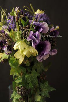 紫の花を束ねたウェディングブーケ。シックな色合いのブーケでも春の花を使うとどこか軽やかな印象。image:desireempire.comキャンドルの光が...