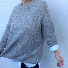 Designet af Hyggestrik.dk En helt enkel oversize sweater, med tætsiddende ærmer og masser af plads om maven, dyb raglan og en lille skorstenskrave med flot fald. Enkel, klassisk, anvendelig - og lige til at gå til... Str: S (M) L (XL) Pindstr: 3 + 4mm Strikkefasthed: 22 masker / 26 pinde i glatstrikning = 10 cm             22 masker / 30 pinde i ribmønster = 10 cm Garnforbrug: 400(450) 450(500) g garn med løbelængde 400m/100g Garnforslag: Kauni, Drops Pu...