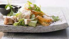Leicht und lecker: Thailändischer Hähnchensalat mit Glasnudeln, Gurke, Limette und Koriander | http://eatsmarter.de/rezepte/thailaendischer-haehnchensalat