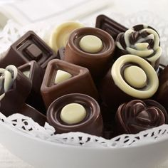 Bombons de Chocolate Preto e Chocolate Branco - Vegan, Low Carb, Sem Glúten Chocolate Sweets, I Love Chocolate, Chocolate Heaven, Chocolate Shop, Healthy Chocolate, Chocolate Molds, Chocolate Truffles, Delicious Chocolate, Chocolate Lovers