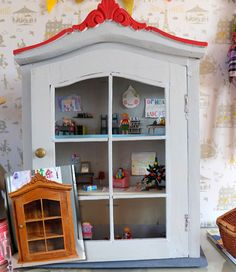 via dysfunctional designs ,,, Vintage cabinet -- pretty little doll house Doll Furniture, Repurposed Furniture, Dollhouse Furniture, Kitchen Furniture, Homemade Dollhouse, Diy Dollhouse, Diy Casa, Wooden Cabinets, Little Doll