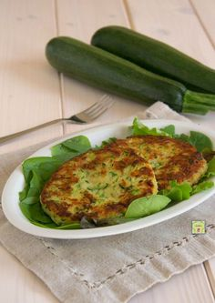Zucchini burger, simple and delicious recipe with zucchini Healthy Meals For Kids, Easy Meals, Healthy Eating, Vegetable Recipes, Vegetarian Recipes, Healthy Recipes, Veggie Side Dishes, Food Humor, Creative Food