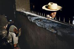 Alex Webb, Magnum - Asuncion 1990 La luce che svela solo ciò che serve. Sono due personaggi, ma ad uno è nascosto il corpo, all'altro la testa e dunque danno l'idea di una figura unica