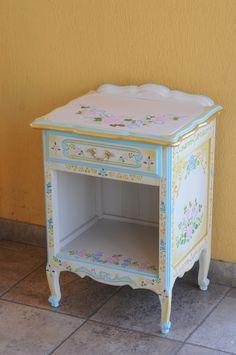 STENCIL-PAINT-DECORATION VINTAGE-ROMANTIC-TABLE  IDEAL PARA PEQUEÑOS MUEBLES CON GRANDES IDEAS! MIRA EL VIDEO Y APRENDE A USAR STENCIL Y COMBINARLOS!! SUPER FACIL!!! Decoupage Furniture, Chalk Paint Furniture, Kids Furniture, Vintage Shelf, Vintage Decor, Sewing Room Decor, Bedroom Decor, Muebles Shabby Chic, Decoupage Vintage