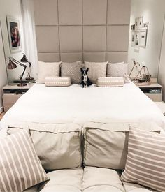 Viram que graça o quarto da @fabianajustus por Suite Arquitetos?! {e esse cachorrinho?!!! } ------------ Good morning! A cozy and comfy bedroom by Suite Architects #bedroom #quarto #quartocasal #decor #instadecor