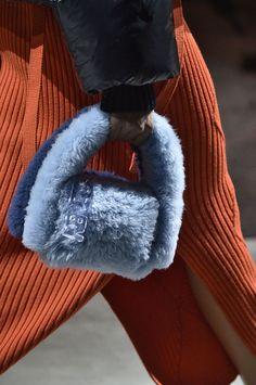 Every woman pays attention to some elements when choosing a handbag. I tried to explain some of the 2020 Fall-Winter season bag trends. Fall Handbags, Purses And Handbags, Design Bleu, Fur Bag, Classic Handbags, Toms Outlet, Red Carpet Event, Fashion Bags, Fashion Trends