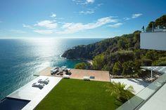 Mansão localizada entre as rochas na Costa Brava, litoral da Espanha