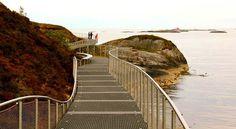 LITT AV EN TURVEI: Den 500 meter lange nye gangveien som slynger seg rundt Eldhusøya ved Atlanterhavsveien på møre, går på stålrister - t...