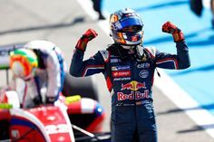 """Ganador de las World Series by Renault, el piloto madrileño espera recibir noticias """"buenas o malas"""" relativas a su incorporación a la escudería Toro Rosso. """"Confío en que se cumpla mi deseo"""", declara el hijo del bicampeón del mundo de 'rallies' y del Dakar."""