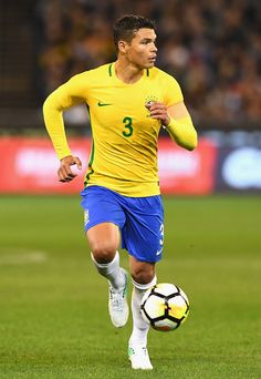 Thiago Silva Photos - Thiago Silva of Brazil passes the ball during the Brazil Global Tour match between Brazil and Argentina at Melbourne Cricket Ground on June 2017 in Melbourne, Australia. - Brasil Global Tour - Brazil v Argentina Brazil Football Team, Football Soccer, Soccer Cleats, Soccer Players, Messi And Ronaldo, Neymar Jr, Psg, Fifa, Cricket