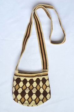 WAYUU BAG – Small-Sized Mochila. Handwoven by a woman from the Wayuu Tribe. Brown & Beige. AVAILABLE AT www.colombiart.co