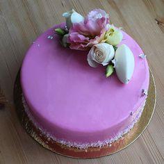 Продолжу нежно розовую девАчковую тему) тортик на крещение малышки ну и я в…