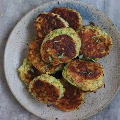 Vegetar frikadeller med squash Vegetarian Recipes, Snack Recipes, Healthy Recipes, Healthy Food, Veggie Patties, Norwegian Food, Veggie Dinner, Moussaka, Halloumi