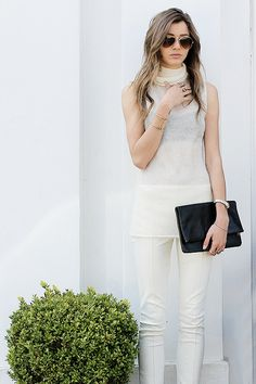 Eleanor's all-white ensemble gives out the classic impression of simple, clean-cut, and sophisticated.