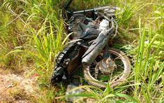 Moto atingida por carro foi parar em matagal no acostamento de rodovia no oeste da Bahia (Foto: Edivaldo Braga/Blogbraga)