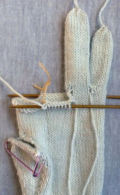Gem Gloves | The Purl Bee | Pretty decent tutorial on knitting glove fingers. Left and Right gloves are the same, that makes it easier!