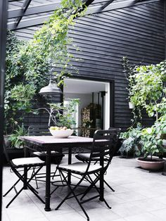 all black patio with dining area in this scandinavian home tour | via coco+kelley