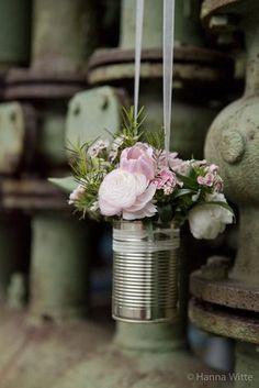 Hochzeits- Blumendeko in einer Konservendose (Foto: Hanna Witte)