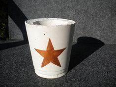 Beton Teelichthalter für drinnen und draußen mit einem Stern in der Trendfarbe Kupfer. Geeignet für ein Teelicht oder eine Stumpenkerze.