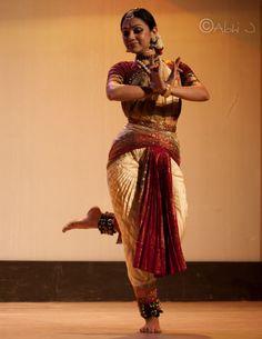 Isadora Duncan, Indian Classical Dance, Indian Music, Indian Textiles, Dance Poses, Music Tattoos, Portrait Poses, Dance Art, Beautiful Girl Image