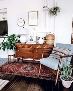 46 Awesome Bohemian Style Home Decor For Your Inspire - OMGHOMEDECOR - This res. : 46 Awesome Bohemian Style Home Decor For Your Inspire – OMGHOMEDECOR – This restrained Bohemian space with patterned rug & pillow potted plants on floor, of a sta – Decoration Bedroom, Rooms Home Decor, Wall Decor, Wall Art, Boho Living Room, Living Spaces, Living Room Dresser, Bohemian Living, Living Rooms