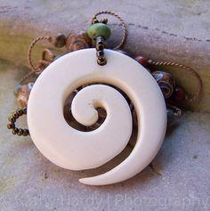 Bone Spiral  HandKnotted Tibetan Agate dZi von DornickDesigns, $38.00