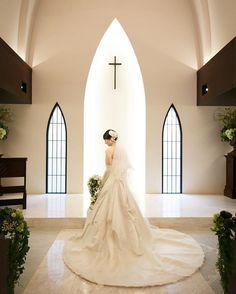 結婚式レポ28・チャペルのドレスショット ・ チャペルで全身のドレス姿を撮ってくれました。 撮って出しエンドロールでも大好評だったカット。 ・ 彼といるver.と1人ver.があります。 ・ チャペル内での撮影内容は特にお願いはしていませんでしたが、数カット撮ってくださってて、こんなキレイな写真が残っててとっても嬉しいです! ・ もっと「トレーンが、、」とか、「レースが、、」とかドレス選びについては欲が出ますが、特別な1日を共に過ごしたこのドレスはやっぱり特別なんだと思います。 ・ #南青山サンタキアラ教会 #サンタキアラ教会 #チャペル #結婚式レポ#卒花嫁 #プリマカーラ#ウェディングドレス#ロングベール#ブライダルカメラマン#式場カメラマン #サンタ嫁#sanqwedding #marry本指示書用写真