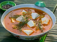 Tomatensuppe mit Tofu und frischem Dill - CANH DAU PHU - Zu finden auf: https://asiastreetfood.com/rezepte/tomatensuppe-mit-tofu-und-frischem-dill/