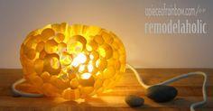 Aprenda a fazer uma luminária artesanal de papel passo a passo. Você vai se surpreender com a beleza e simplicidade dessa peça.