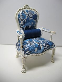 Painted and upholstered by Ken Haseltine JBM U. Painted and upholstered by Ken Haseltine JBM U. Miniature Chair, Miniature Dollhouse Furniture, Miniature Rooms, Miniature Crafts, Miniature Houses, Dollhouse Miniatures, My Doll House, Barbie House, Doll Houses