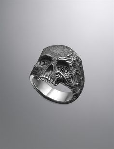 Waves Skull Ring, Black Diamonds