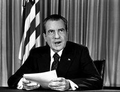 16 de agosto 1973: Nixon después de pronunciar un discurso televisado a todo el país, donde reiteró que no tenía conocimiento previo sobre el caso Watergate y no estaba al tanto de encubrimiento alguno.  http://www.washingtonpost.com/lifestyle/style/a-look-back-at-watergate/2012/02/14/gIQAP1L9DR_gallery.html#photo=12