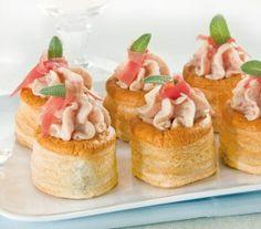 Vol-au-vent ripieni di crema al prosciutto. Vol Au Vent, Prosciutto, Mini Cupcakes, Mousse, Cheesecake, Desserts, Buffet, Antipasto, Biscotti