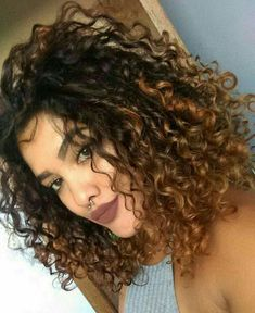 Do you like your wavy hair and do not change it for anything? But it's not always easy to put your curls in value … Need some hairstyle ideas to magnify your wavy hair? Ombré Hair, Wavy Hair, New Hair, Dyed Curly Hair, Thick Hair, Curly Hair Styles, Natural Hair Styles, Colored Curly Hair, Natural Curls
