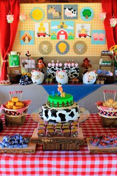 Decoration for children party with farm theme Farm Themed Party, Barnyard Party, Farm Party, Party Animals, Farm Animal Party, Farm Birthday, Animal Birthday, 2nd Birthday Parties, Fourth Birthday